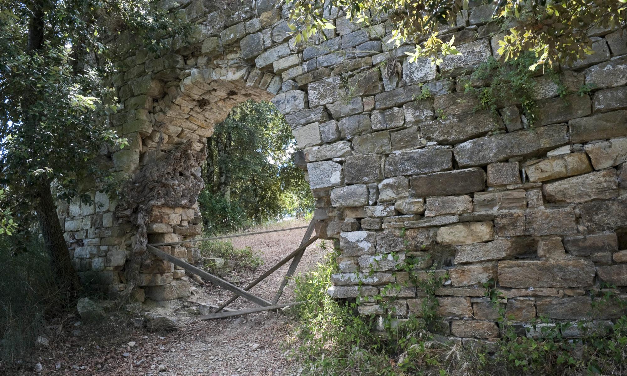 La porta del Castello di Monternano